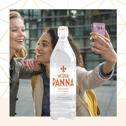 Acqua panna Bottiglia di plastica 75 cl e ragazza che scatta un selfie Animazione