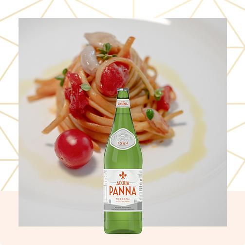 Acqua Panna Bottiglia di vetro 50 cl e piatto di pasta Animazione