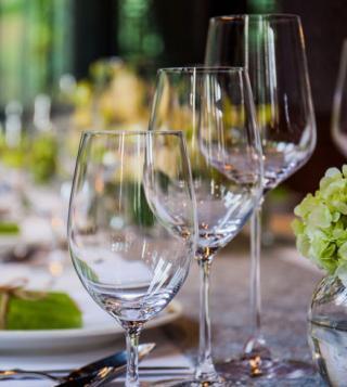 Bicchieri su tavola apparecchiata